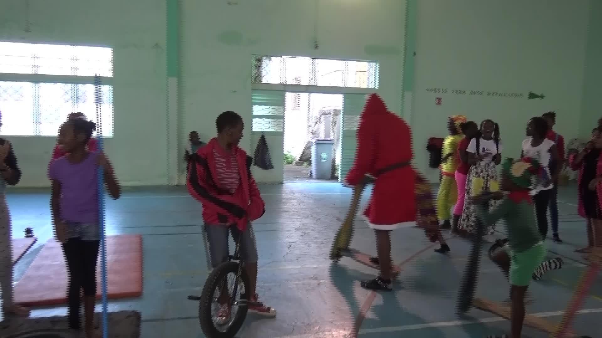 Les collégiens de Grand Bourg offrent un Cirque de Noel aux plus démunis