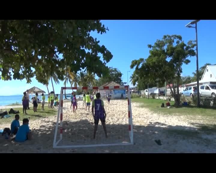 rencontre hand ball organisé par l'UNSS sur la plage du 3ème Pont