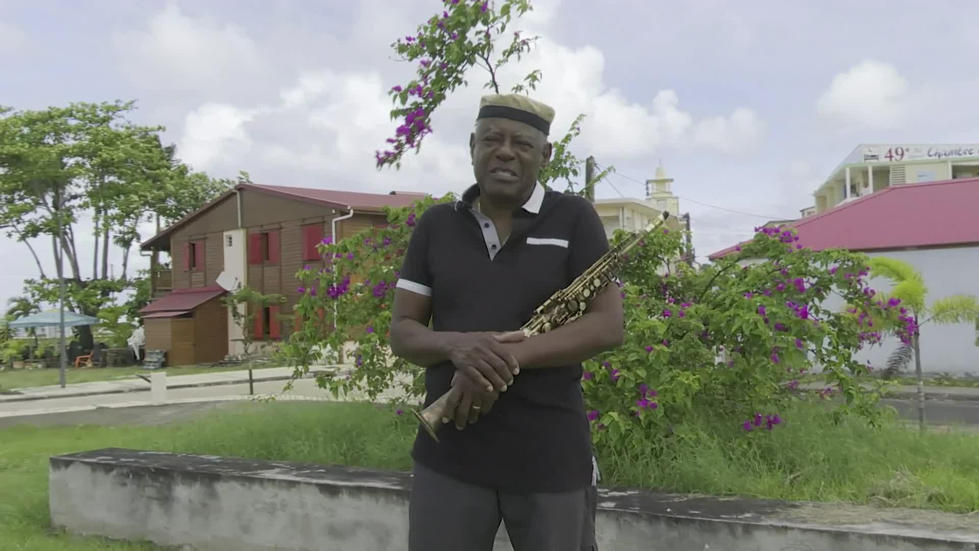 Camille Sopran'n offre un dernier  hommage au très regretté saxophoniste Manu Dibango