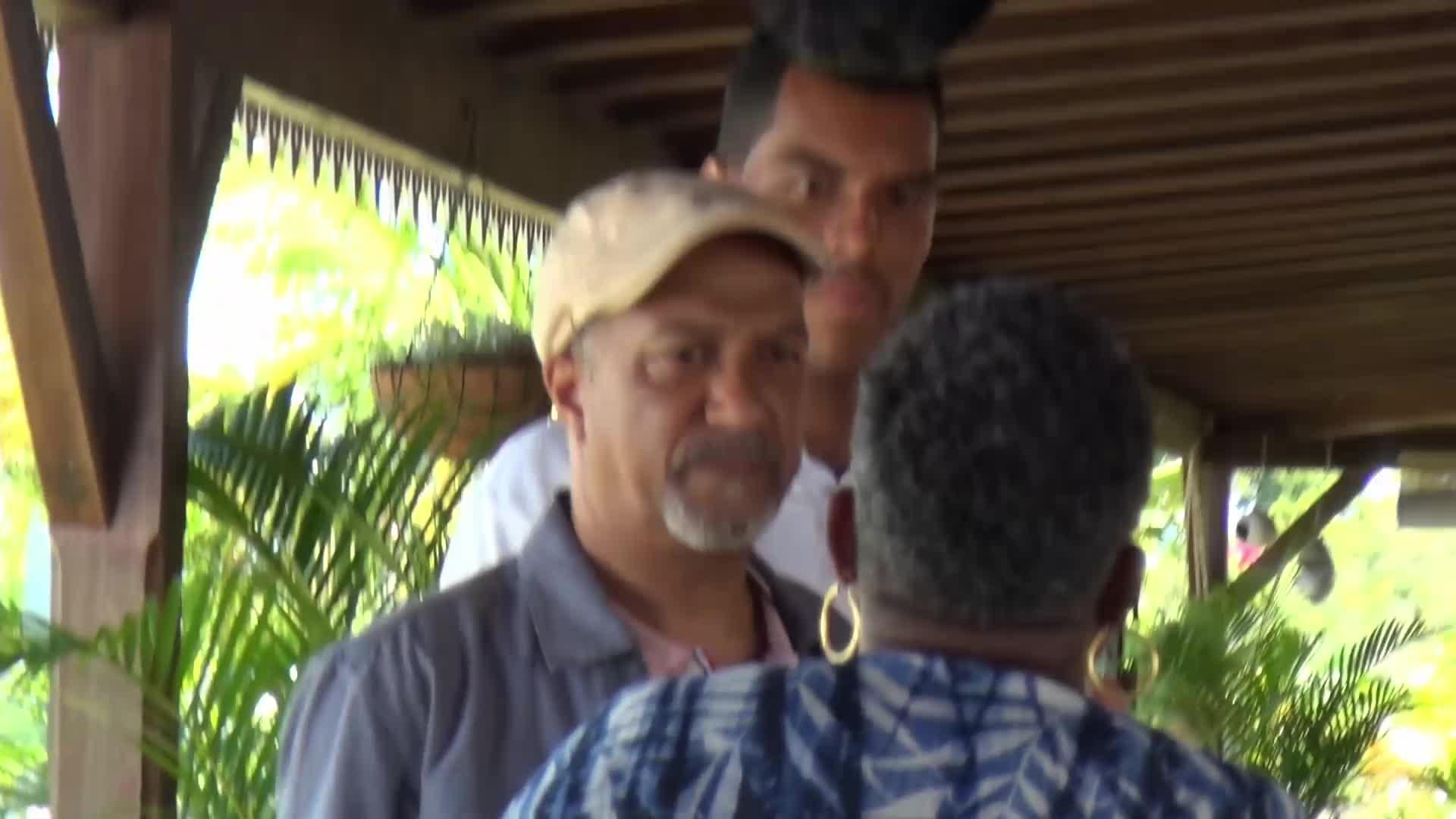 Entrez dans Meurtre à Marie Galante : Les images du tournage et des interviews exclusifs